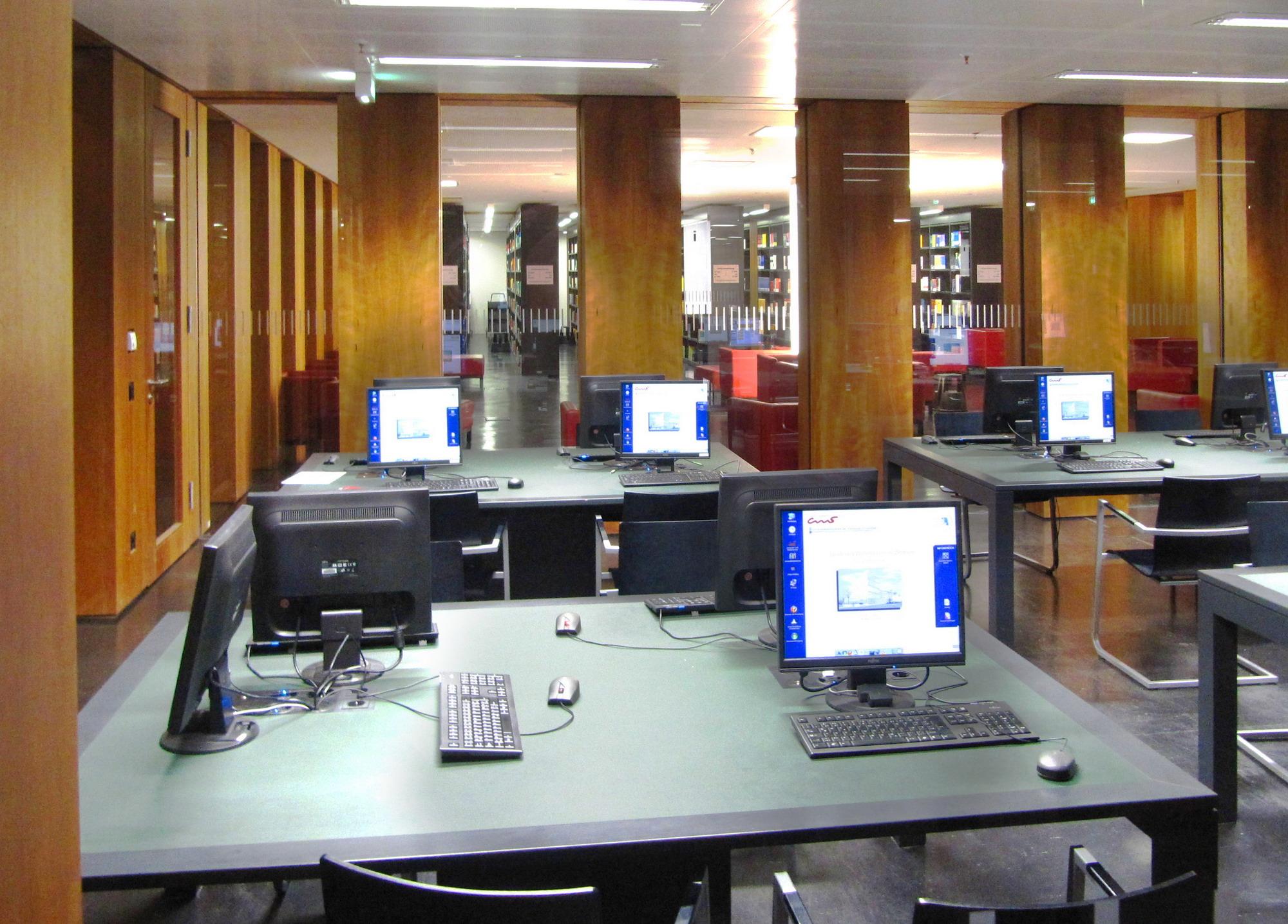 Bibliothek mit Computerplätzen / ©  Rainer Sturm / pixelio.de