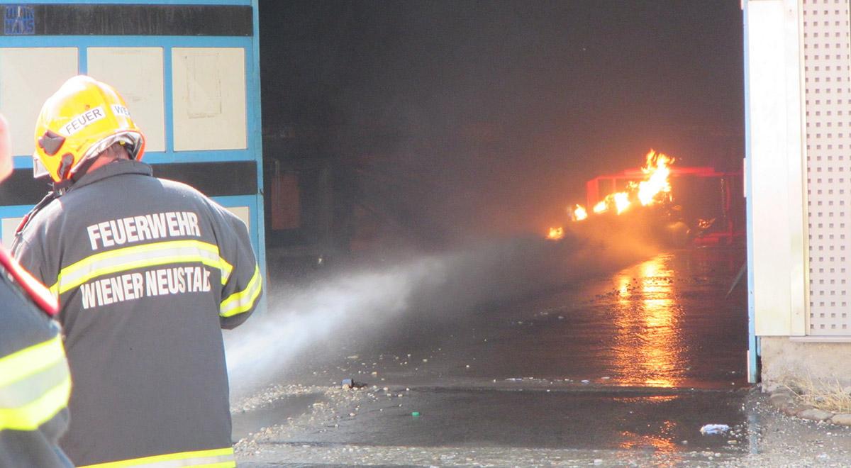 Brennende Gasflasche / Foto: Presseteam Feuerwehr Wiener Neustadt