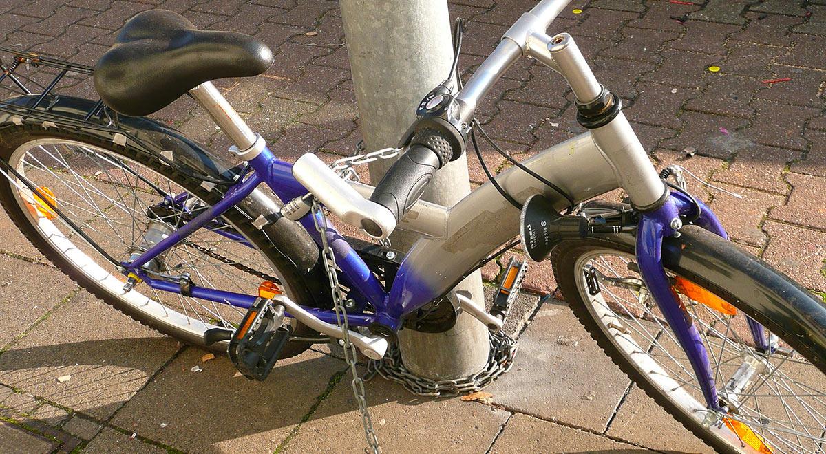 Fahrrad sichern / ©  Gabi Schoenemann / pixelio.de