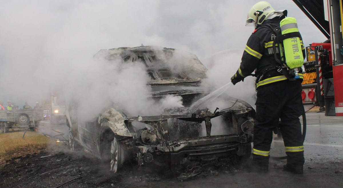 Fahrzeug Vollbrand / Foto: Presseteam Feuerwehr Wiener Neustadt