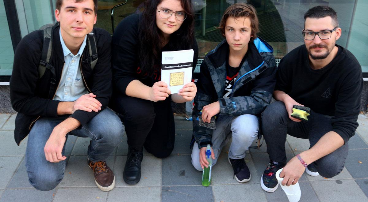 Junge Linke reinigen Stolpersteine / Foto: Junge Linke