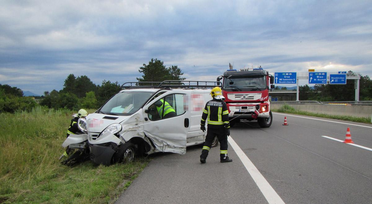 Lieferwagen landet in Baumgruppe / Foto: Presseteam Feuerwehr Wiener Neustadt