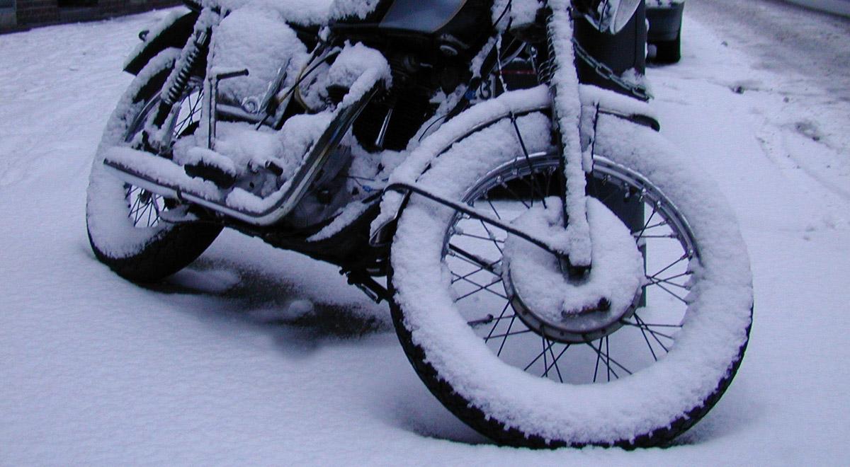 Motorrad im Schnee / ©  Rainer Geyer / pixelio.de