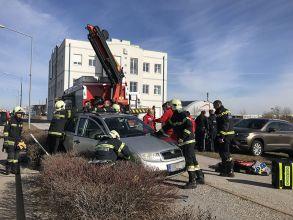 Person unter Fahrzeug / Foto: Presseteam ffwrn.at
