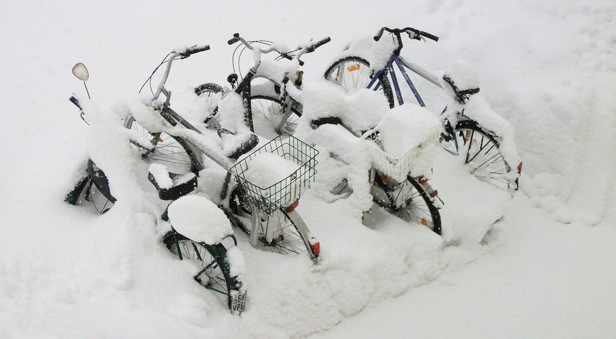 Fahrräder im Schnee / ©  Beate Feyerabend / pixelio.de