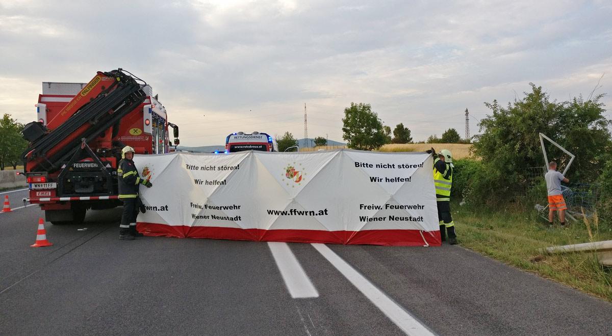 Sichtschutz Autounfall / Foto: Presseteam Feuerwehr Wiener Neustadt