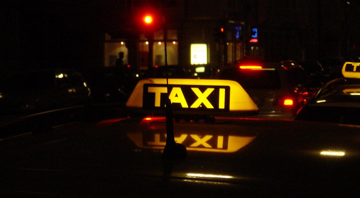 Taxis am Domplatz / ©  axel duerheimer / pixelio.de