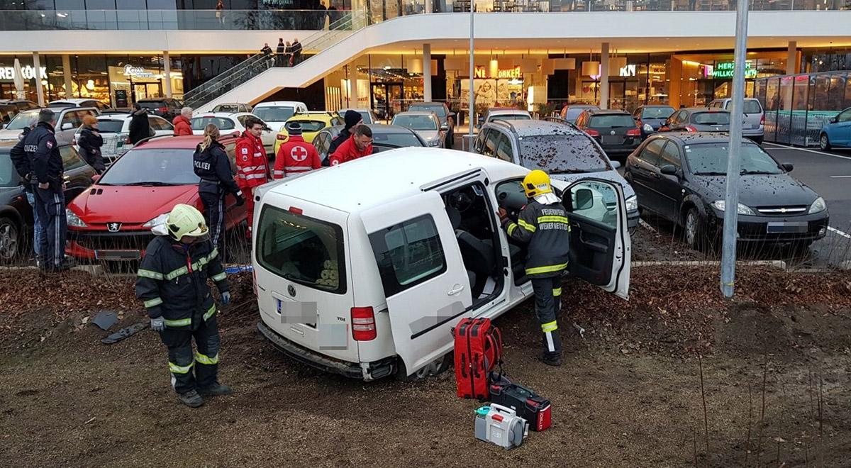Unfall-Parkplatz-Merkurcity / Foto: Presseteam Feuerwehr Wiener Neustadt