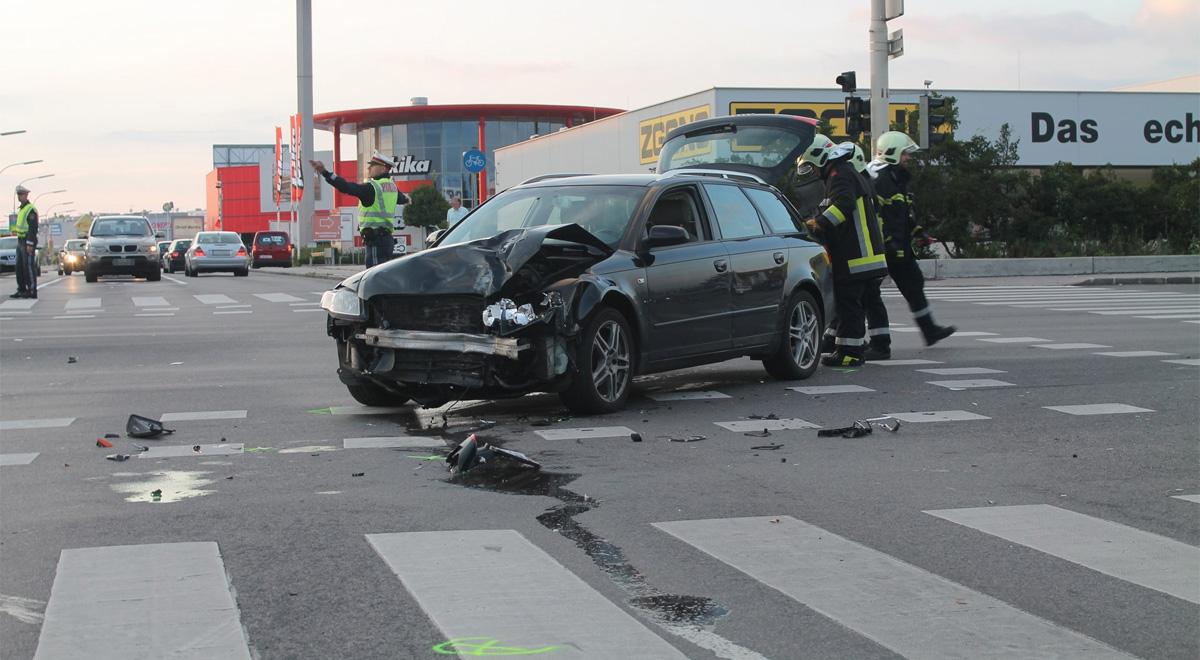Verkehrsunfall Kreuzung Pottendorfer Strasse / Foto: Presseteam Feuerwehr WN