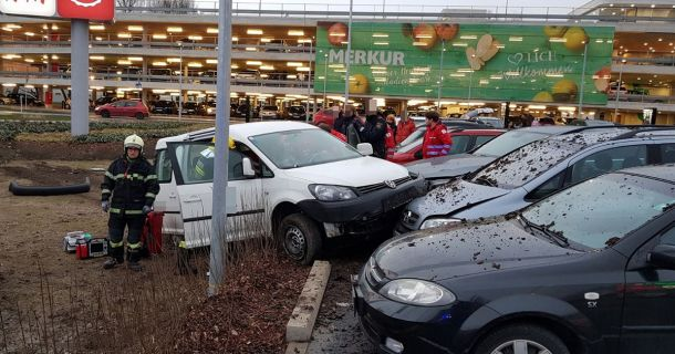 Foto: Verkehrsunfall-Merkurcity-Parkplatz