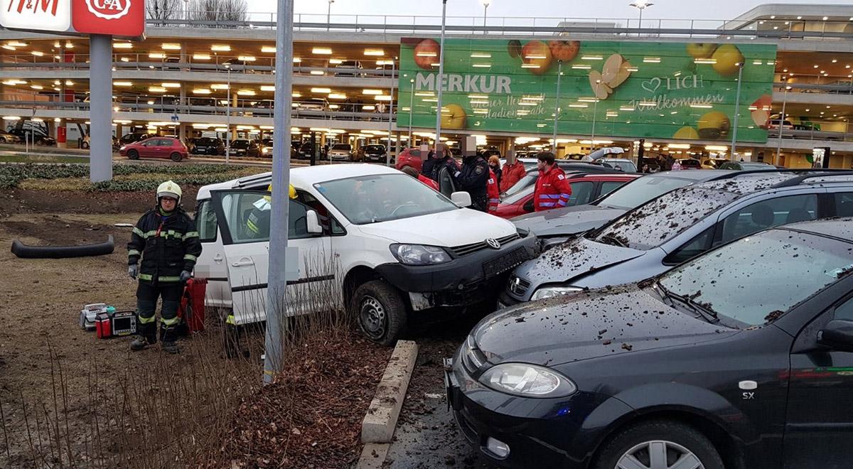 Verkehrsunfall-Merkurcity-Parkplatz / Foto: Presseteam Feuerwehr Wiener Neustadt