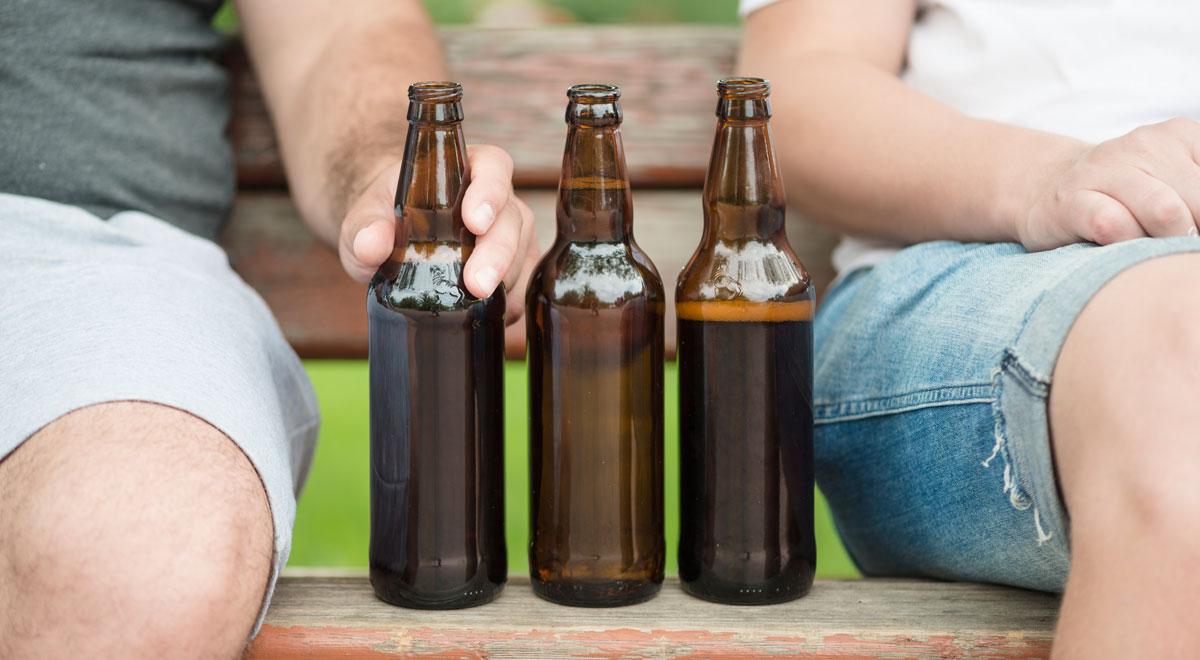 Bier trinken im Park / Foto: freepik
