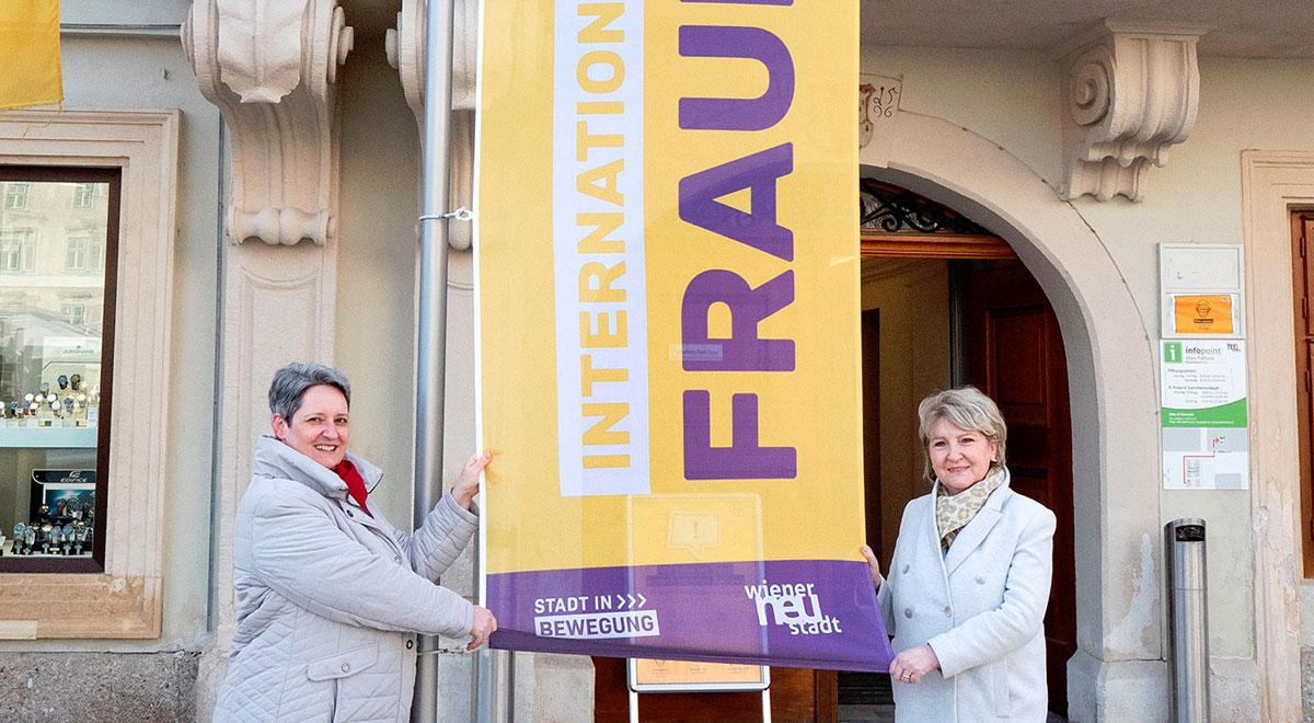 Fahnehissen zum Weltfrauentag / Foto: Stadt Wiener Neustadt/Weller
