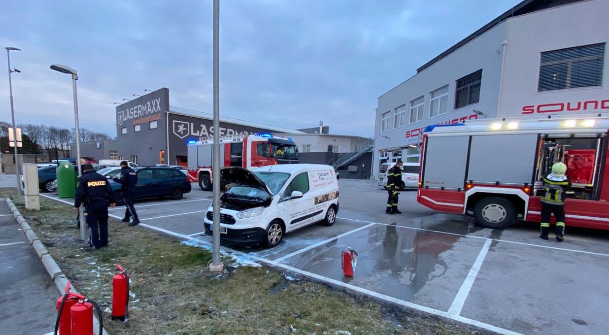 Fahrzeugbrand-auf-Gewerbegel-nde-in-Wiener-Neustadt