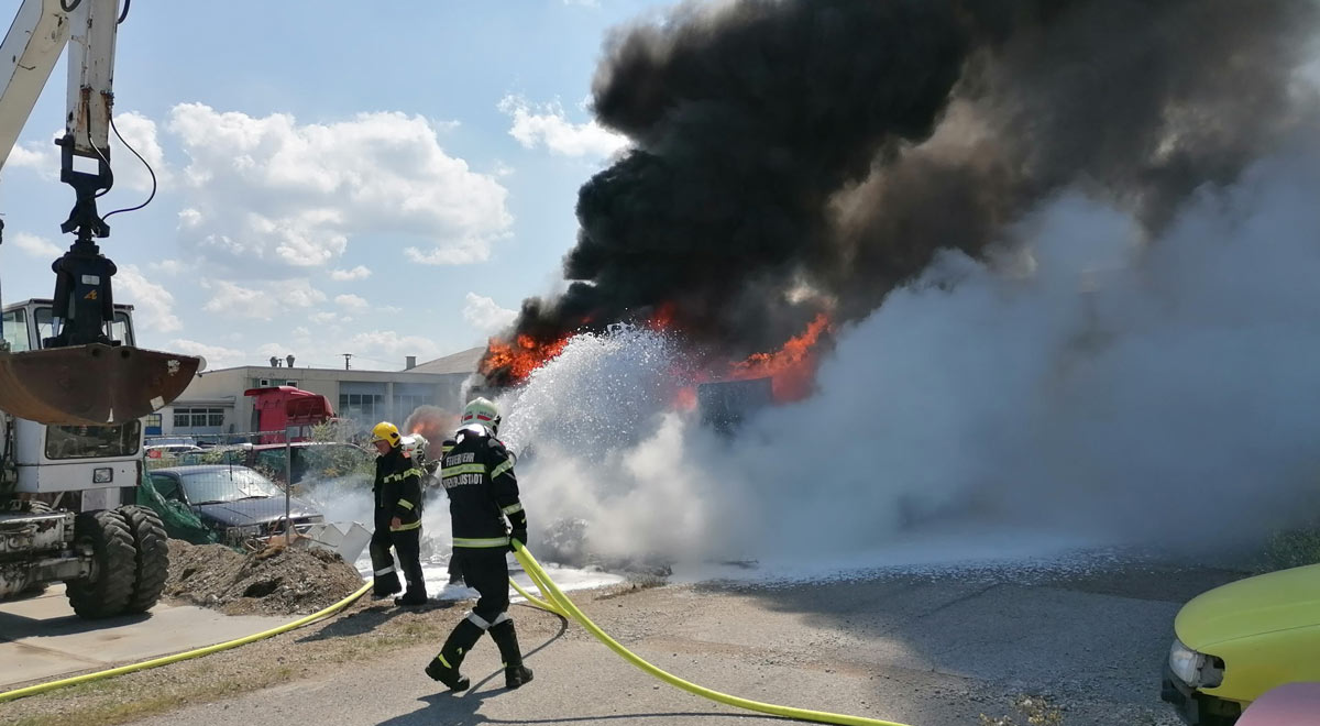 Wohnwagen und Pkws in Brand / Foto: Presseteam d. FF Wr. Neustadt