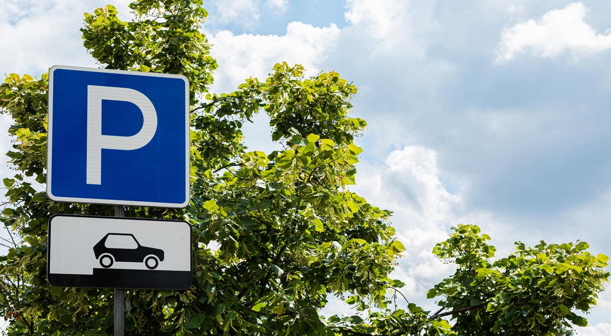Parkplatz und Grünfläche / Foto: Freepik