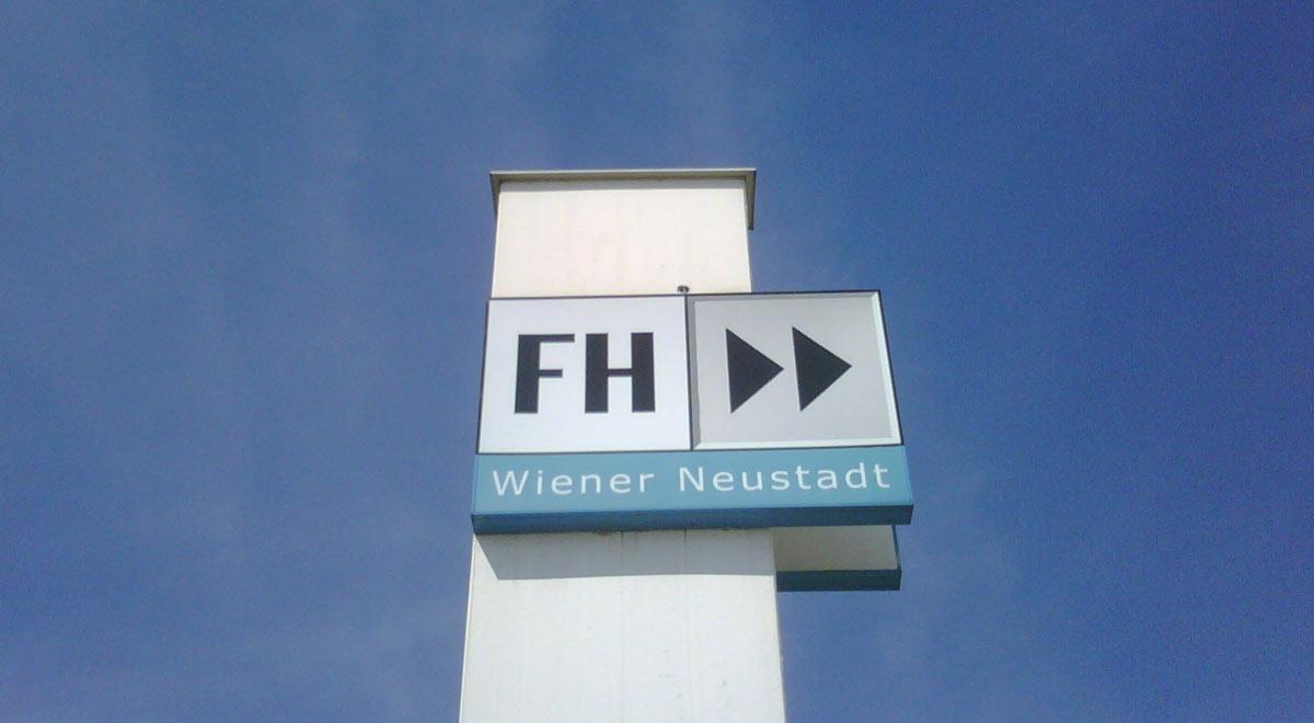 Schild FH Wiener Neustadt / Foto: Kjksxs - Eigenes Werk (CC BY-SA 3.0)